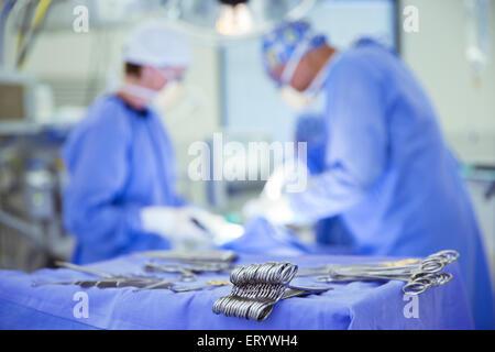 Forbici chirurgiche sul vassoio in sala operatoria Foto Stock