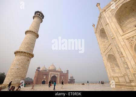 Angolo di visione del Taj Mahal con moschea ; Agra ; Uttar Pradesh ; India Foto Stock