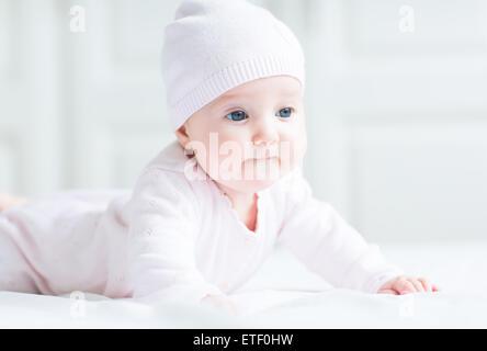 Felice sorridente bambina in una maglia rosa hat Foto Stock