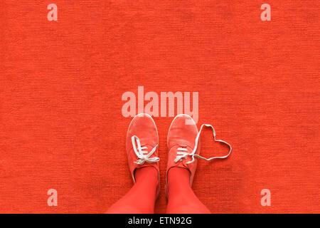 Le ginocchia verso il basso vista di una donna di gambe con un cuore fatto fuori i suoi lacci delle scarpe