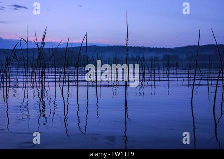 Lago tranquillo dopo forti piogge con derivante dall orizzonte Foto Stock