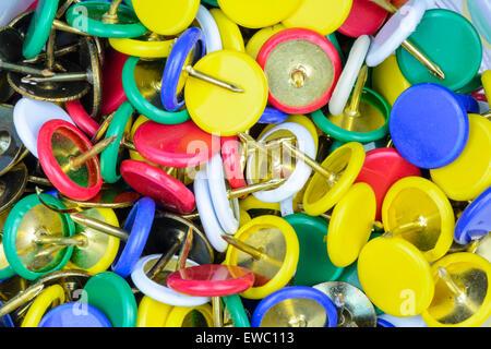 Pila multicolore di puntine da disegno (pollice chiodini). Foto Stock