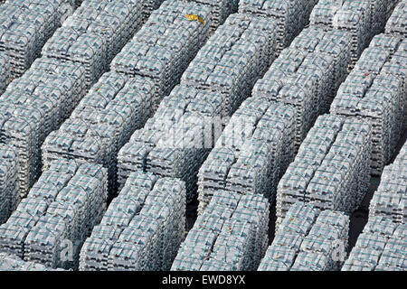 Importazione di lingotti di alluminio o alluminio impilati su banchina in attesa di trasporto dal porto di Capodistria Slovenia Penisola istriana Foto Stock