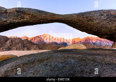 Sunrise al tornio Arch in Alabama Hills con la vista verso la Sierra Nevada, in California, Stati Uniti d'America.