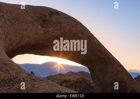 Sunrise a Mobius Arch in Alabama Hills con la vista verso la Sierra Nevada, in California, Stati Uniti d'America.