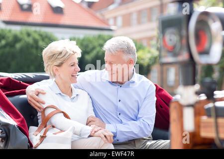 Romantica di mezza età giovane seduto a cavallo carrello Foto Stock