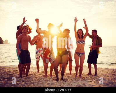 Gruppo di persone party sulla spiaggia.