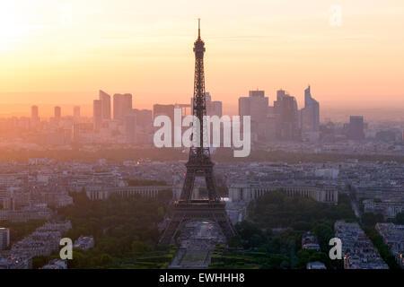 Vista sulla Torre Eiffel e lo skyline di Parigi, Francia Foto Stock