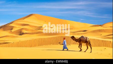 Berber l uomo con il suo cammello Erg Chebbi deserto vicino a Merzouga, Sahara, Marocco Foto Stock