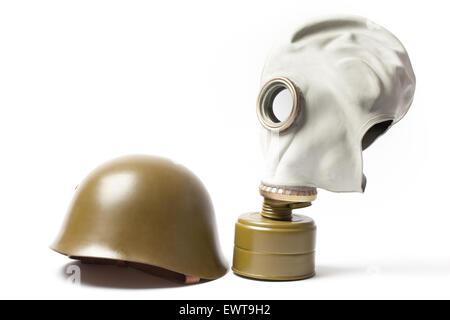 Verde elmetto militare e una vecchia maschera a gas isolato su sfondo bianco.