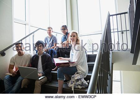 Ritratto fiduciosi gli studenti universitari che studiano su scale Foto Stock