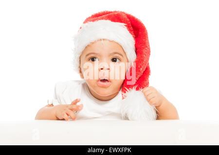 Bambino africano in Red Hat di Natale sembra sorpreso Foto Stock