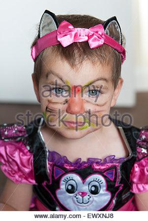 Una giovane ragazza vestita e confezionati come un gatto Foto Stock