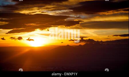Bellissima alba al di sopra dei monti Tatra, vista da Babia Gora National Park, Polonia Foto Stock