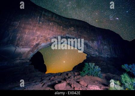 Arcuata di formazione di roccia e cielo stellato, Arches National Park, Moab, Utah, Stati Uniti d'America Foto Stock