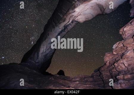 Arch formazione di roccia e cielo stellato, Arches National Park, Moab, Utah, Stati Uniti d'America Foto Stock