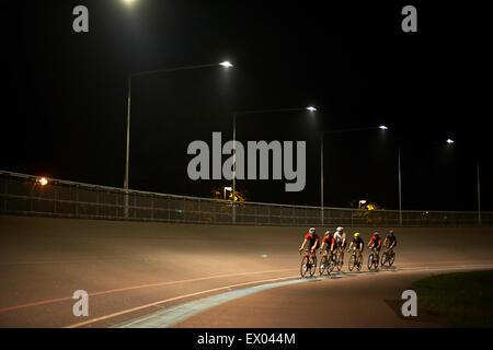 I ciclisti ciclismo su pista al velodromo, all'aperto Foto Stock