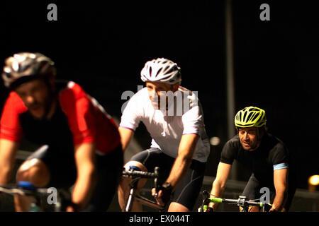 I ciclisti ciclismo su pista al velodromo Foto Stock