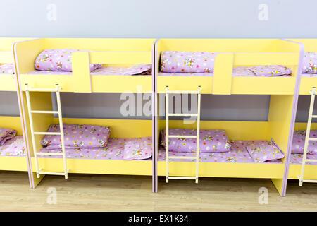 Letti A Castello Per Bambini Piccoli : Moderna camera da letto kindergarten con piccoli letti a castello