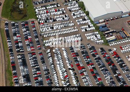 Vista aerea di automobili parcheggiate e furgoni al di fuori di una fabbrica a Stoke on Trent, Regno Unito Foto Stock
