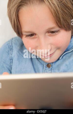Ragazzo con tavoletta digitale Foto Stock
