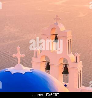 Aghioi Theodoroi chiesa a Firostefani a Santorini una delle isole Cicladi nel Mare Egeo, Grecia. Foto Stock