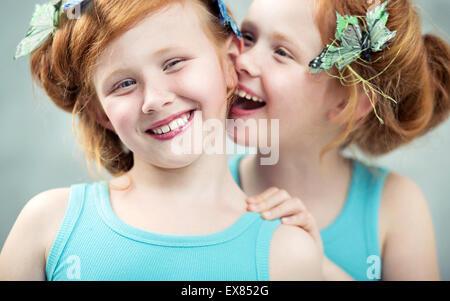 Due sorridente e adorabile redhead gemelli Foto Stock