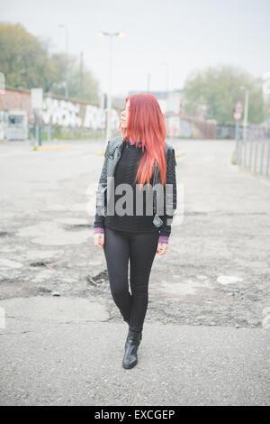 Giovane bella capelli rossi donna venezuelana lo stile di vita nella città di Milano strada esterna Foto Stock