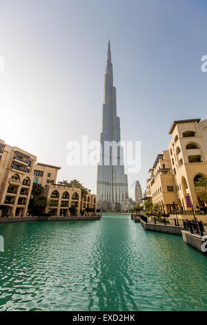 Vista sul Burj Khalifa a Dubai. Questo grattacielo è il più alto man-made struttura mai costruito, a 828 m. Foto Stock