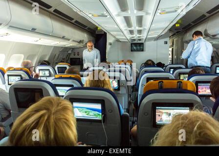 Newark, New Jersey, all'interno di opinioni, i passeggeri seduti in Lufthansa, Airbus 340 Aereo, commerciali interni Foto Stock