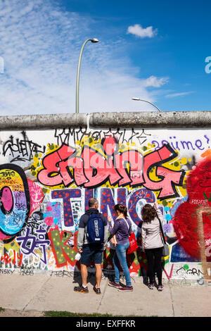 I graffiti sulla sezione originale del muro di Berlino all'East Side Gallery di Friedrichshain Berlino Germania Foto Stock