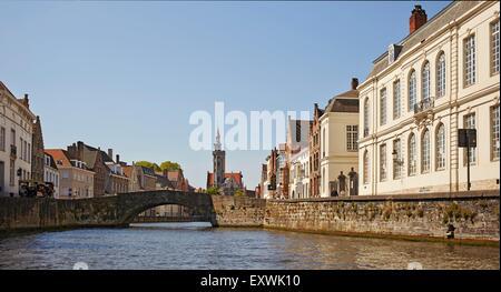 Jan van Eyck statua e il canale a Bruges, Belgio Foto Stock