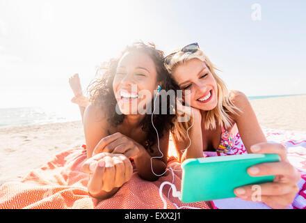 Amici di sesso femminile sulla spiaggia Foto Stock
