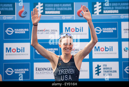 Amburgo, Germania. 18 Luglio, 2015. Gwen Jorgensen degli STATI UNITI D'AMERICA festeggia dopo aver vinto il Mondiale Foto Stock