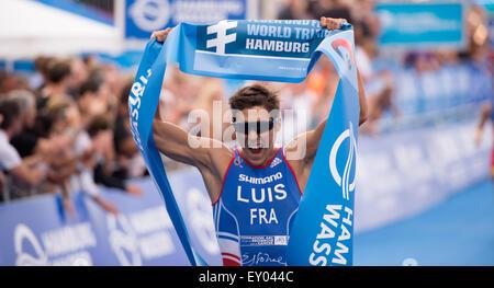 Amburgo, Germania. 18 Luglio, 2015. Vincent Luis di Francia festeggia dopo aver vinto il Mondiale ITU Triathlon Foto Stock