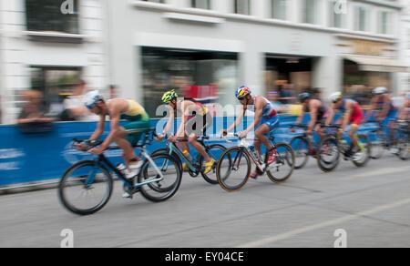 Amburgo, Germania, 18 luglio 2015. Gli atleti competere nel ciclismo la sezione del mondo ITU Triathlon Amburgo Foto Stock