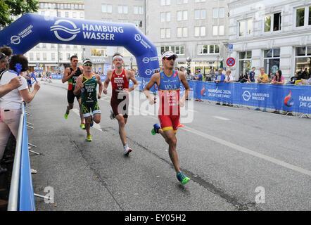 Amburgo, Germania, 18 luglio 2015. Gli atleti competere nella sezione di esecuzione dell'ITU Triathlon World Hamburg Foto Stock