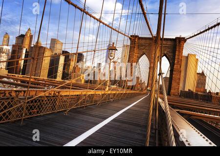 La città di New York, Stati Uniti d'America, nelle prime ore del mattino sul famoso ponte di Brooklyn Foto Stock