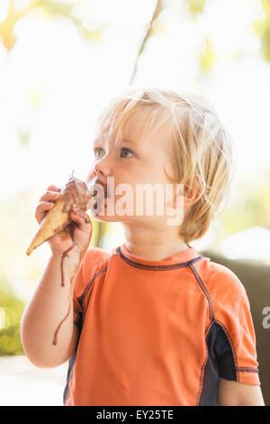 Ragazzo godendo di cono gelato Foto Stock