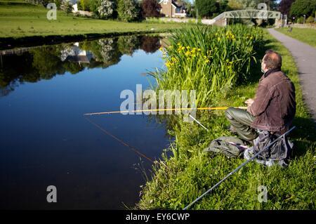 L'uomo la pesca sul canale di Lancaster in Lancaster, Lancashire Foto Stock