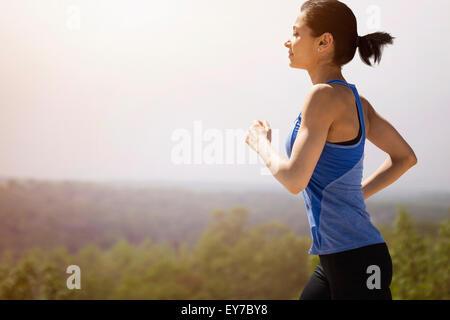 Giovane donna correndo all'aperto