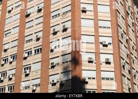 Un blocco a torre con diversi condizionatori di aria in una calda giornata estiva di Saragozza in Spagna. Foto Stock