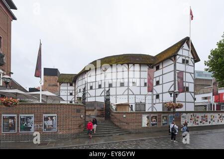 Il Globe Theatre di Shakespeare sul fiume Tamigi a New Globe Walk, Bankside, Southwark, Londra, Inghilterra, Regno Foto Stock