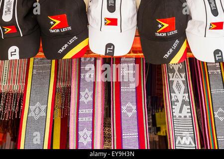 Cappelli e timoresi tessili per la vendita a Dili Tais Mercato; Dili, Timor orientale Foto Stock