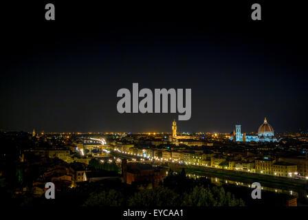 Ponte Vecchio di notte e il fiume Arno. Firenze, Italia.