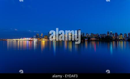 Lo skyline di Vancouver al tramonto visto da Stanley Park, British Columbia, Canada Foto Stock