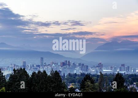 Lo skyline di Vancouver al tramonto visto dal Queen Elizabeth Park, British Columbia, Canada Foto Stock