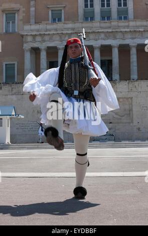 Ritratto di un greco o di guardia Tsolias marciando nella parte anteriore del Soldato Sconosciuto memorial, dopo Foto Stock