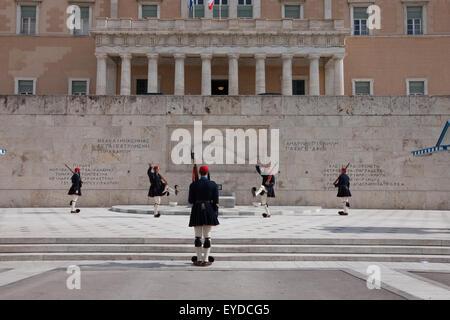 Tsoliades (Tsolias) cambiando le guardie presso la tomba del milite ignoto in Piazza Syntagma sq., indossando inverno Foto Stock