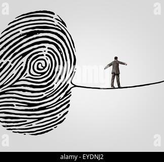 Il cliente per la sicurezza delle informazioni il concetto di rischio come una persona che cammina su un finger Foto Stock